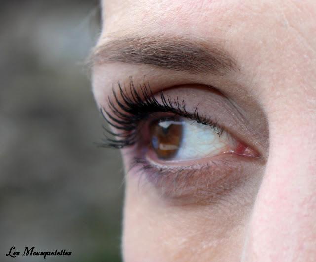 Pose du mascara By Sabrina Azzi - Blog beauté Les Mousquetettes ©