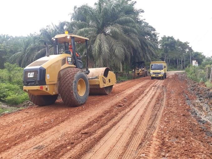 PTPN 1 Bantu Perbaiki Jalan Lintas Kecamatan Idra Makmu