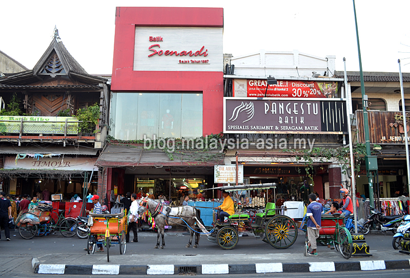 what some of the shops look like along jalan malioboro