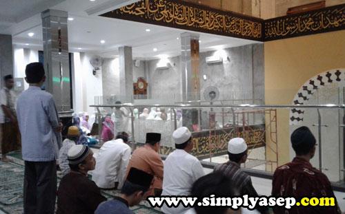 AKHWAT  : Jamaah wanita atau Akwhat di sebelah sisi kiri bagian lantai 2 dari Masjid Ikhwanul Mukminin Pontianak. Foto Asep Haryono