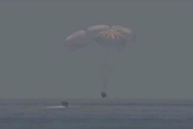 Astronautas da Nasa pousam em segurança no mar da Flórida após 2 meses no espaço
