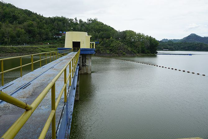 Jembatan di Waduk Sermo yang terkunci pagarnya