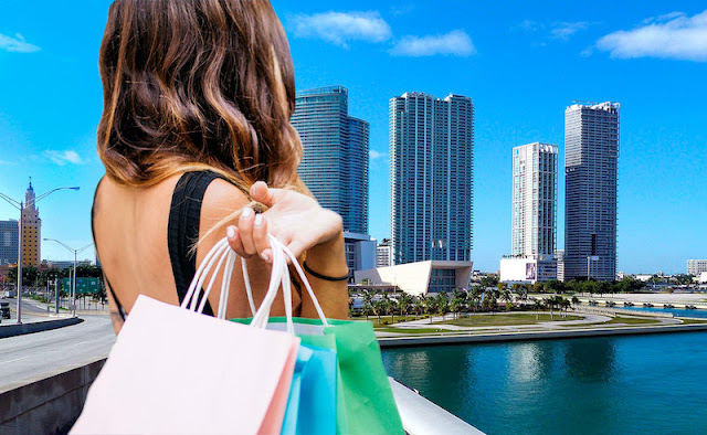Utilizando el celular al momento de hacer las compras en Flórida