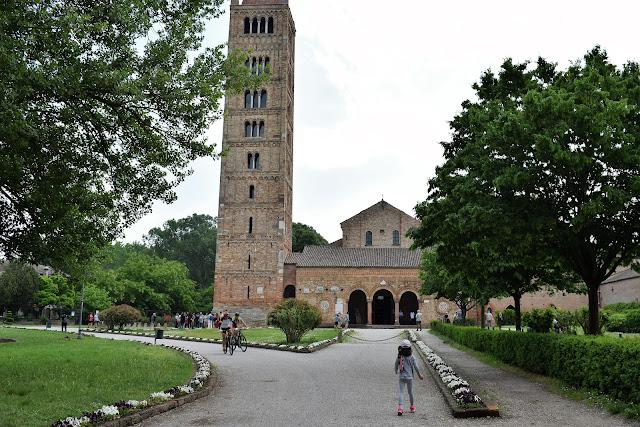 La facciata e il suo campanile della Abbazia di Pomposa