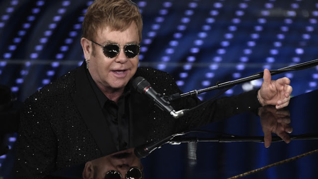 Elton John critica a Janet Jackson por no cantar en vivo.