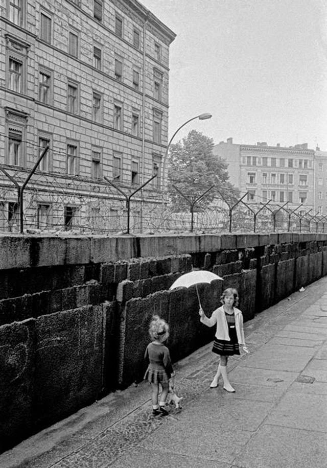emotional vintage photos of children playing at the berlin wall in 1963 vintage everyday. Black Bedroom Furniture Sets. Home Design Ideas
