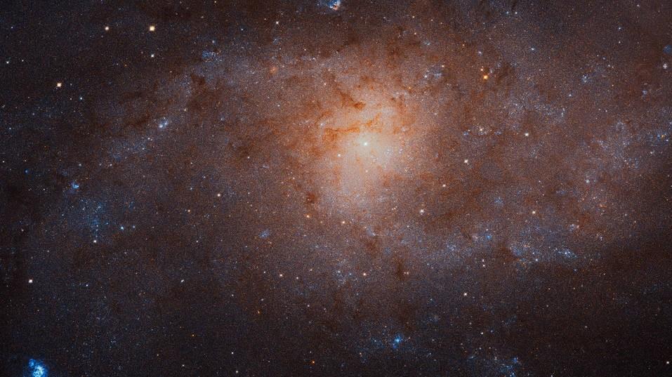 foto del espacio profundo donde se puede ver la galaxia del triangulo m31 con destellos azules