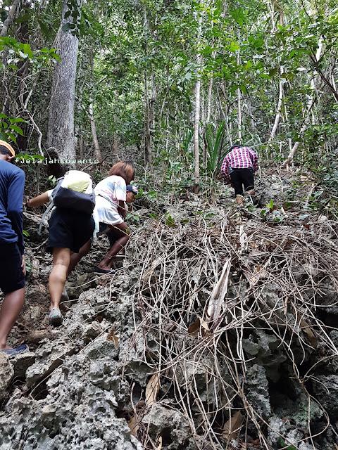 Medan pendakian puncak Wayag, Raja Ampat terjal berbatu Ⓒjelajahsuwanto