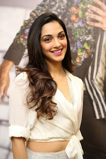 Kiara Advani Pos at Bharat Ane Nenu Success Meet 8