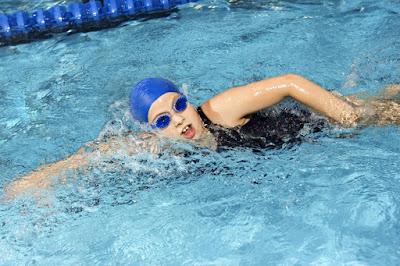 nên sử dụng kính bơi và mũ bơi khi bơi