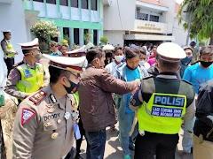 Aksi Simpatik Polisi Saat Pengamanan Audiensi Buruh di Batang Tuai Pujian Warganet