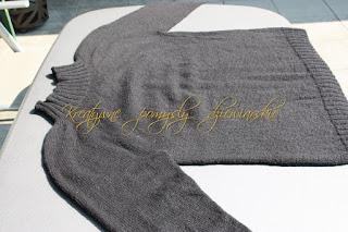 Sweter meski z zaokraglonym karczkiem.