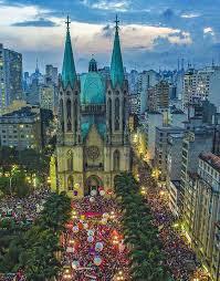 Praça da Sé em São Paulo em dia de manifestação contra o golpe.