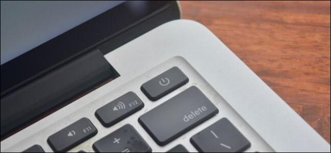 جهاز MacBook Pro المليء بالغبار يبرز زر الطاقة