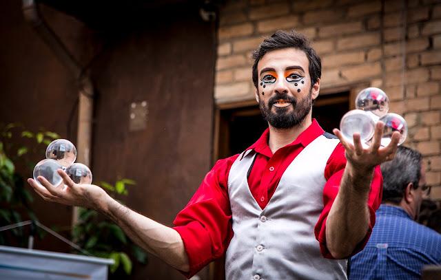 Malabarista Rolling Crystall com esferas transparentes na recepção do evento da empresa Dentsply Sirona em São Paulo.
