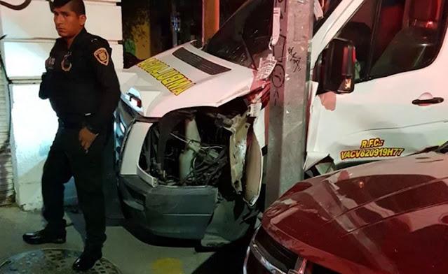 Paramédicos tunden  a par de borrachos que chocaron su ambulancia