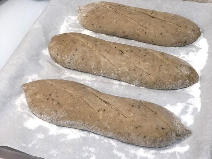 Pan de espelta con semillas de cáñamo y sésamo