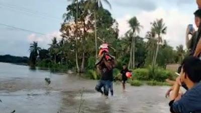 VIDEO: Warga Sibulue Bone Gotong Motor Terjang Genangan Banjir