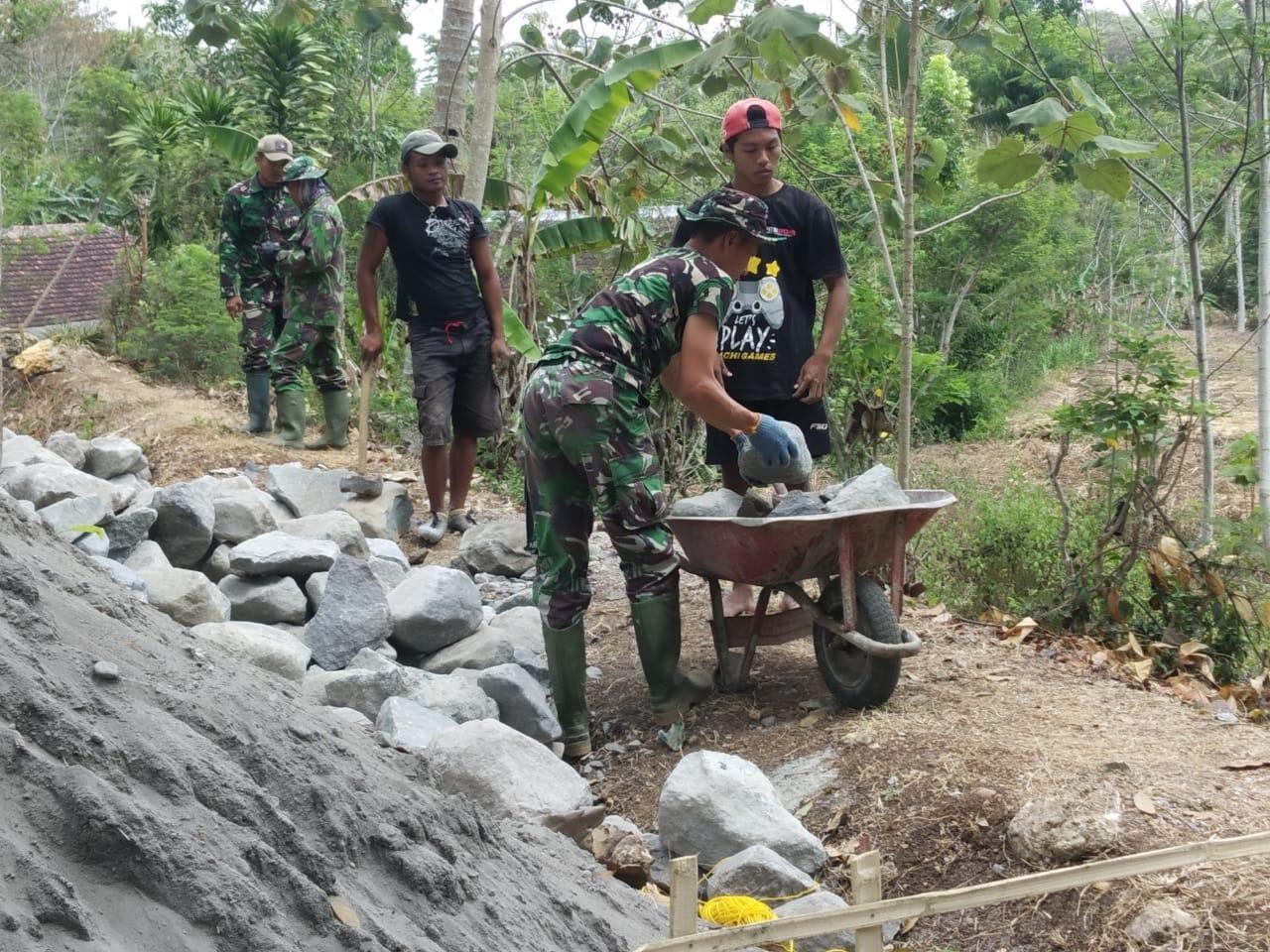 Pengangkutan Batu Ke Lokasi Pembuatan Irigasi TMMD 106 Kodim 0818 Malang Batu