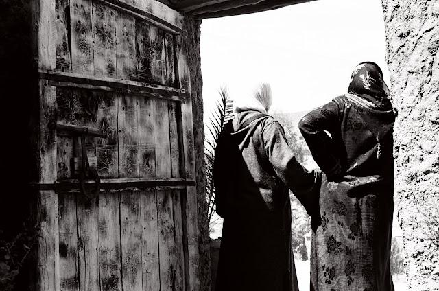 Deux femmes devant une porte