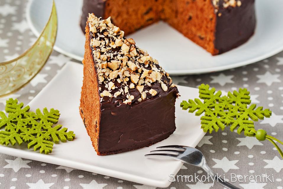 Miękki, szybki piernik z suszonymi śliwkami i polewą czekoladową