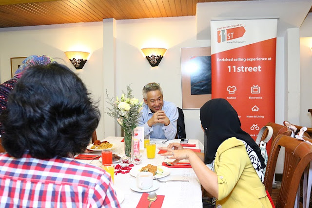 11street's CEO, Mr. Hoseok Kim mingling with a media representative at the Ramadhan dinner