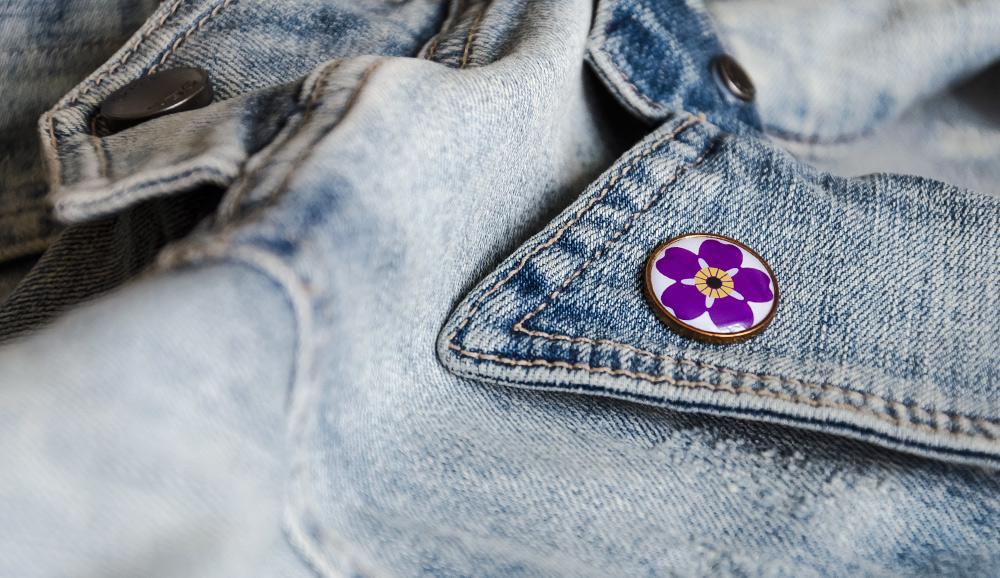 Jeansjacke mit Pin zum 100. Gedenktag des Armenischen Genozids, einer stilisierten Vergissmeinnicht-Blüte