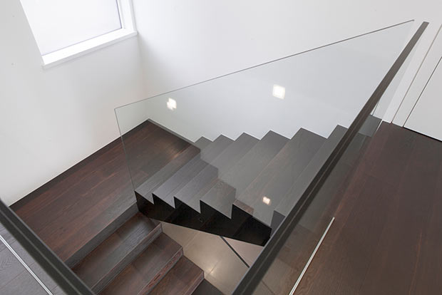 cầu thang gỗ lan can kính - mẫu số 4