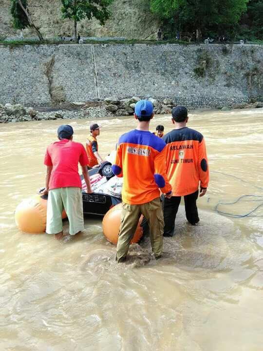 Relawan PKS gunakan perahu untuk bantu evakuasi warga di Pacitan