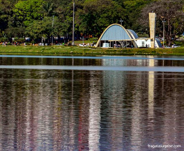 A Lagoa da Pampulha e a Igreja de São Francisco, projetada por Oscar Niemeyer