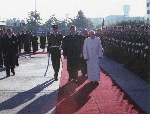 Jāņa Pāvila II vizīte Latvijā. 1993. gada 7.–8. septembris. Foto Leons Balodis. 1993. gada 7. septembrī Latviju pirmoreiz apciemoja katoļu baznīcas lielākā autoritāte – pāvests. Jānis Pāvils II viesojās gan Rīgā – sv. Jēkaba katedrālē, Rīgas Domā, Latvijas Universitātē, Mežaparkā –, gan Aglonā. Līdz savai nāves dienai Jānis Pāvils II bija Romas bīskaps, Romas katoļu baznīcas galva un Vatikāna pilsētvalsts valdnieks.