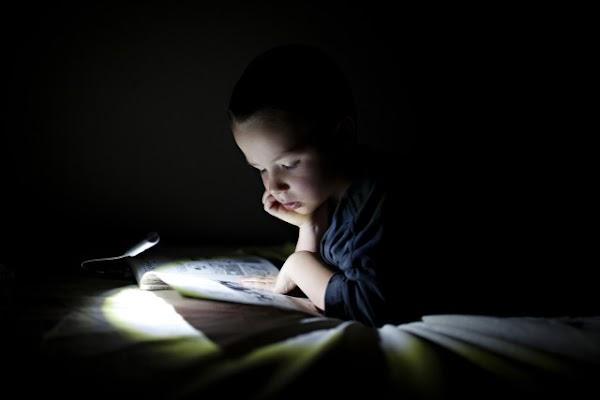 Does Reading In the Dark Make Eyes Damaged?