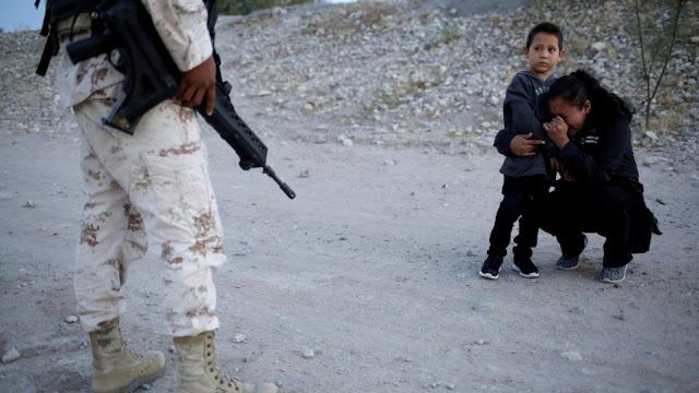 Μεξικό: Viral η φωτογραφία γυναίκας που παρακαλά να πάρει τον γιο της για να περάσει τα σύνορα