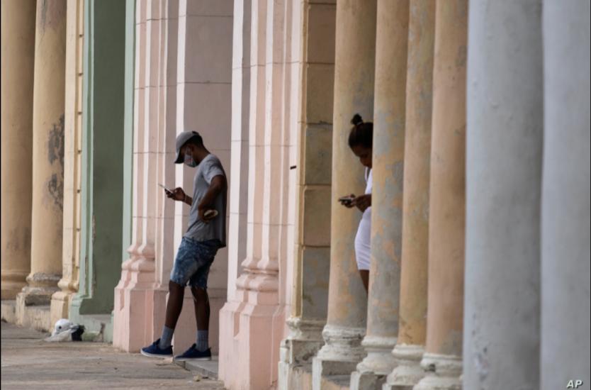 Cubanos usan sus teléfonos celulares desde una conexión wifi pública cerca del malecón en La Habana, Cuba, el martes 14 de julio de 2021 / AP