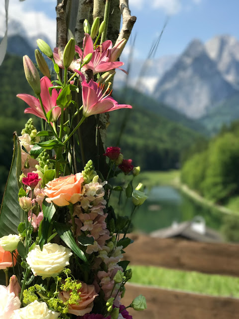 shades of raspberry and apricot, lake-side wedding in the Bavarian mountains, Garmisch-Partenkirchen, Germany, wedding venue Riessersee Hotel, wedding planner Uschi Glas, getting married abroad