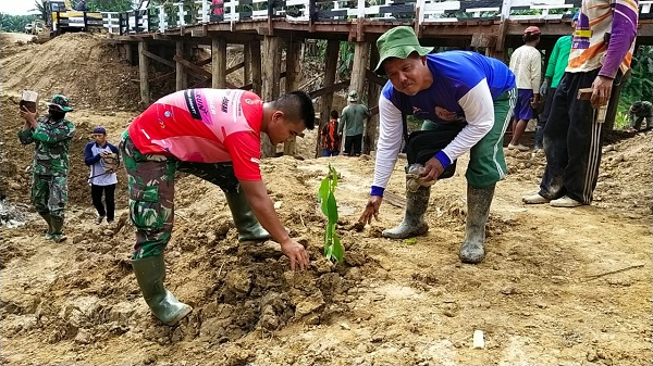 Satgas TMMD 108 Kodim 0909/Sangatta dan Masyarakat Tanam Pohon Di Sekitar Jembatan Bermanfaat Dikemudian Hari