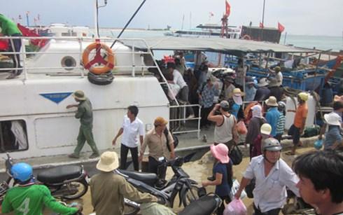 Hành khách tới đảo Lý Sơn.