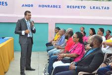 El fiscal titular de Santo Domingo Este Milciades Guzmán Leonardo,en labores comunitarias de prevención del delito