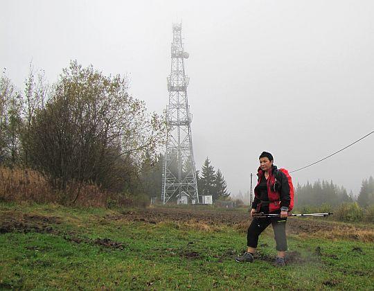 Pod masztem antenowym na Bukowińskim Wierchu.