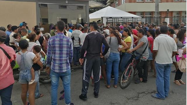 FRONTERA: Caos en los alrededores de la gobernación por entrega de kits a retornados en Arauca Colombia