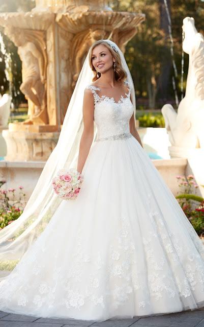 Prinzessinnen Brautkleid mit Spitze und Tülleinsatz. Stickerei und transparenter Rücken.