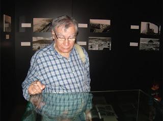 Escribano en Elche visitando la exposición de fotografías de AVILE en el año 2010 (foto del archivo particular de M. Jorques)