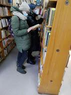 Девочки выбирают литературу фото