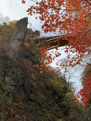 紅葉と岩と大深沢橋
