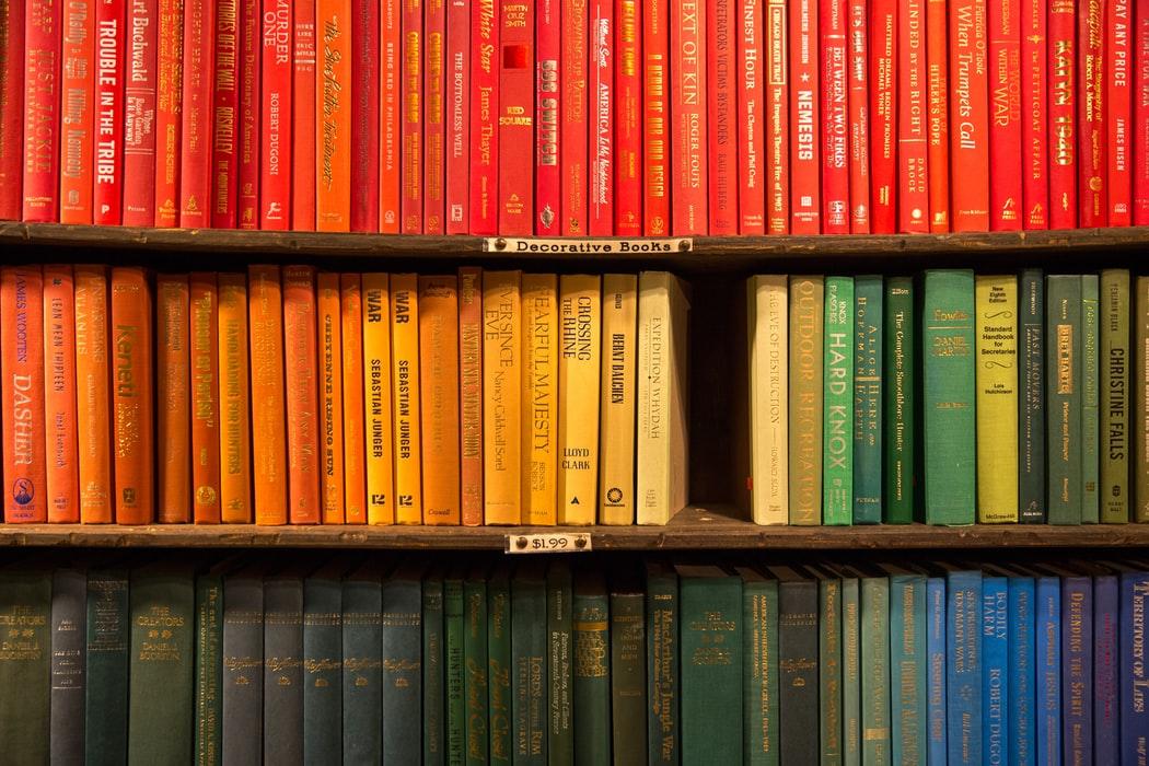 książki na półkach