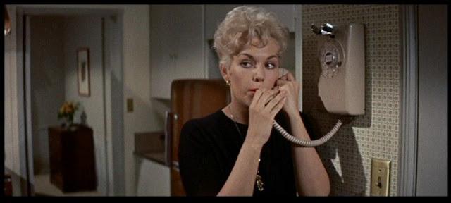 Imagen de 'Un extraño en mi vida (1960)' - Margaret Gault (Kim Novak) en su cocina