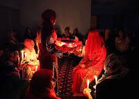 Mum ışığında bir kına gecesi töreni