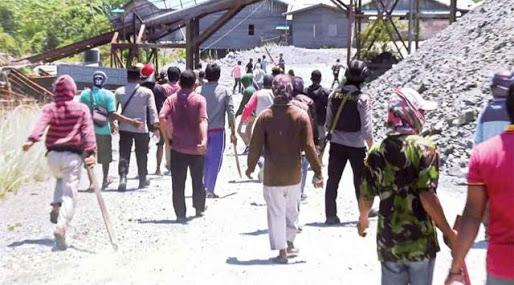 Ratusan Warga Mengamuk Bawa Besi dan Balok Usir TKA China di Ketapang, Polisi Kewalahan