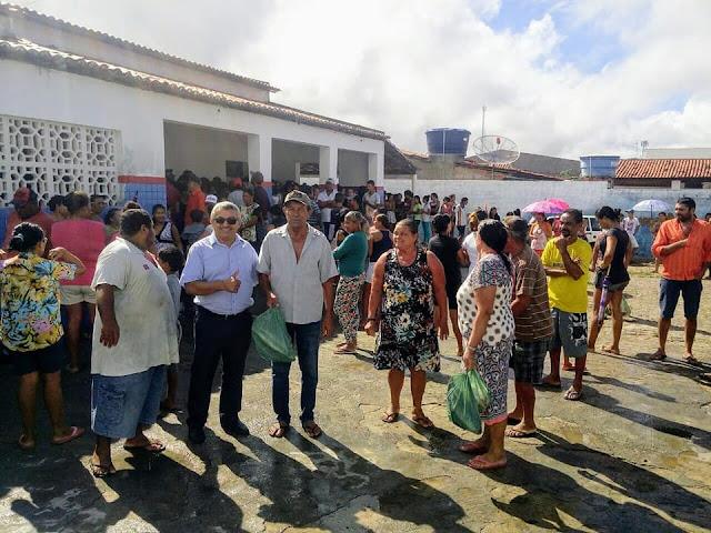 Prefeitura de Olho D' Água do Casado entrega 2000 kits da Semana Santa, com peixes e alimentos
