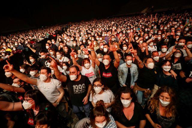 Με μάσκες και αρνητικό τεστ 5.000 άνθρωποι συμμετείχαν σε ροκ συναυλία